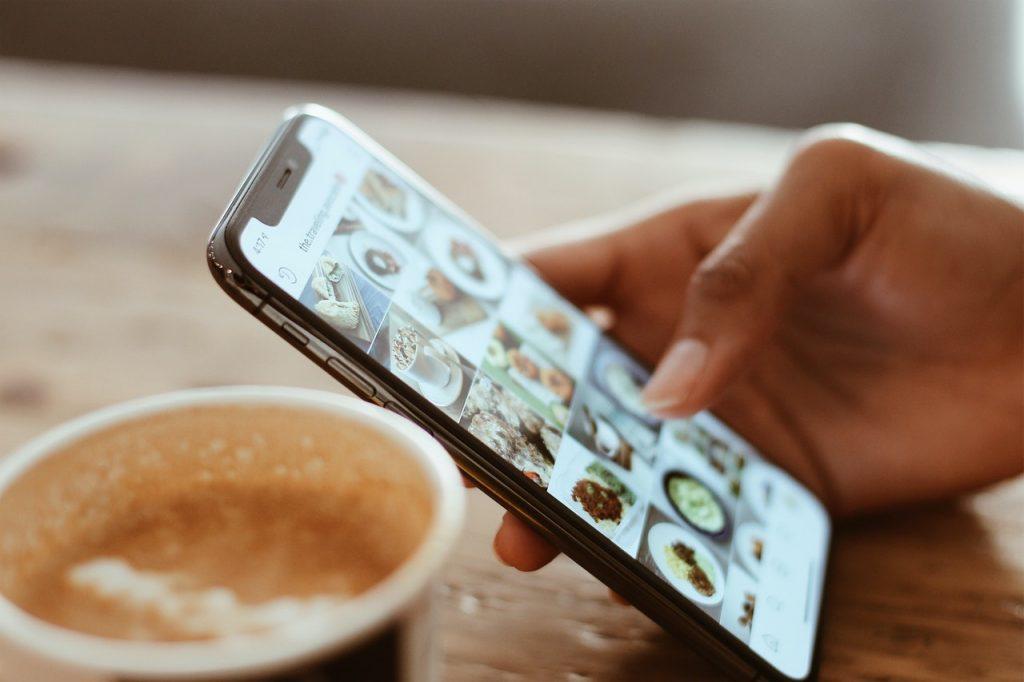 Frau tippt am Handy in den sozialen Medien