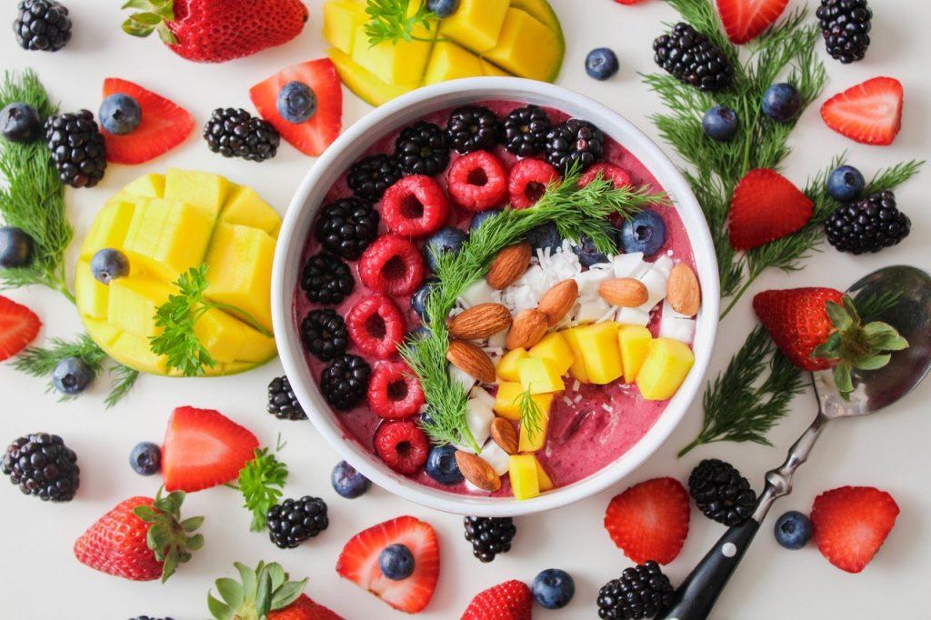 ein Tisch voller Beeren für eine gesundes Gewicht